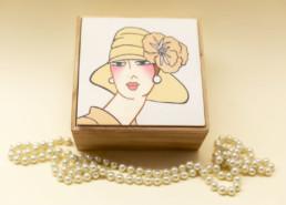 Scatola in legno dipinto (grande fiore sul cappello):